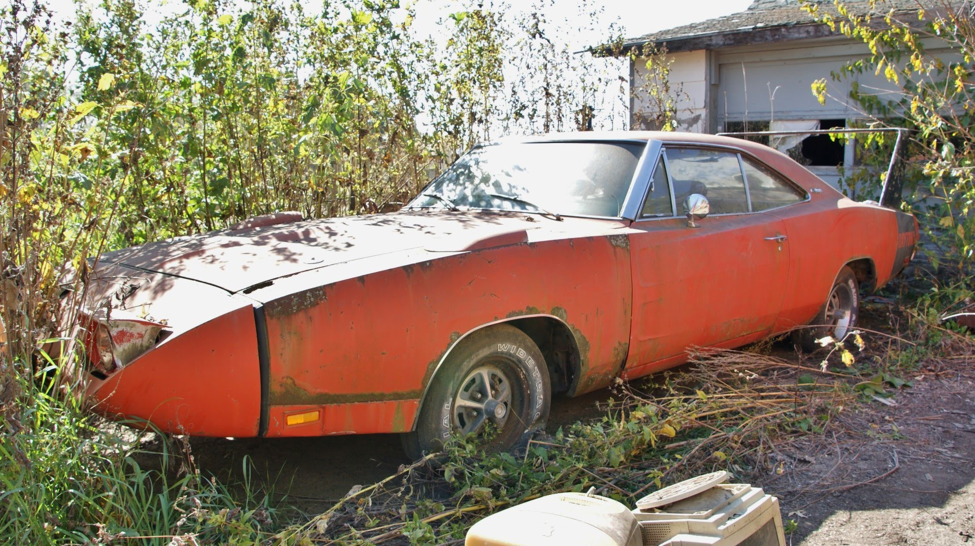 epic barn find 1969 dodge charger daytona rusting away. Black Bedroom Furniture Sets. Home Design Ideas